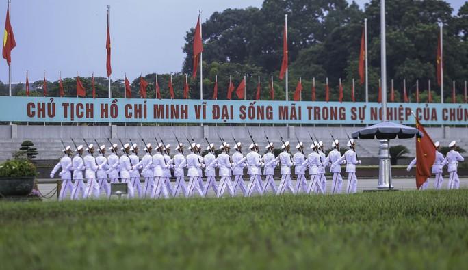 Clip: Hàng ngàn người nghiêm trang dự lễ chào cờ sáng ngày Quốc khánh 2-9 trên Quảng trường Ba Đình - Ảnh 4.