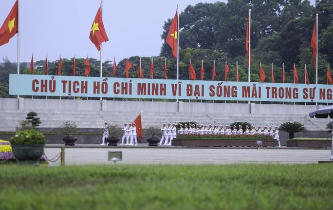 Clip: Hàng ngàn người nghiêm trang dự lễ chào cờ sáng ngày Quốc khánh 2-9 trên Quảng trường Ba Đình - Ảnh 3.