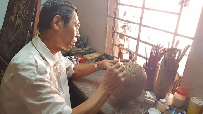 Thổi hồn vào vỏ dừa khô, bán 1,2 triệu đồng/cái - Ảnh 2.