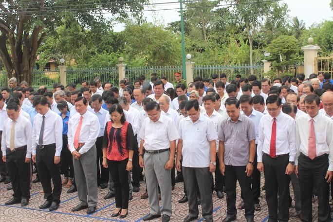 Hàng ngàn người dân Bạc Liêu đến dự ngày giỗ Bác Hồ - Ảnh 3.