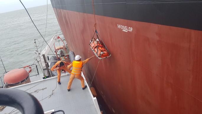 Điều tàu vượt sóng cứu thuyền viênTrung Quốc bị nạn - Ảnh 1.