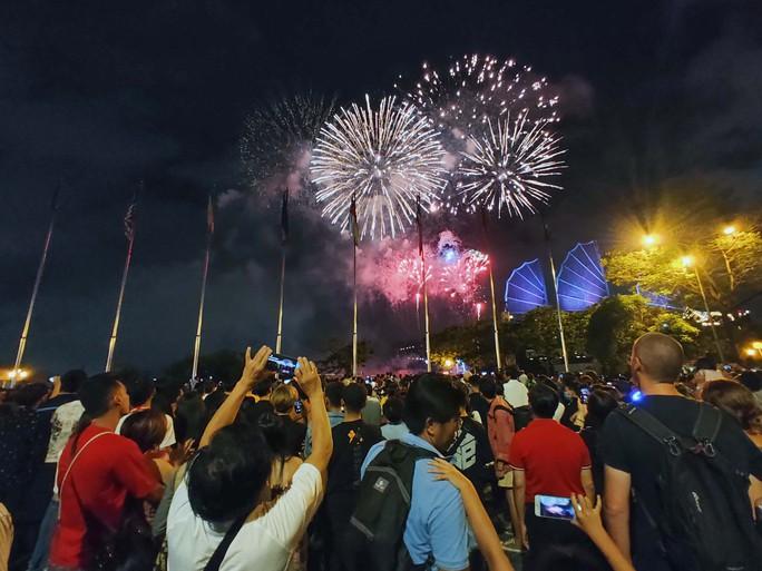 Pháo hoa rực rỡ trên bầu trời TP HCM mừng Quốc khánh 2-9 - Ảnh 3.