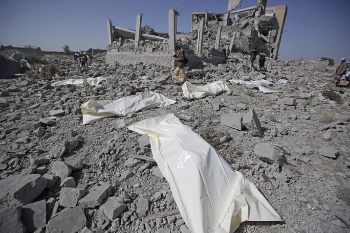 Yemen: Ít nhất 100 tù nhân chết sau 7 vụ không kích nhà tù - Ảnh 1.