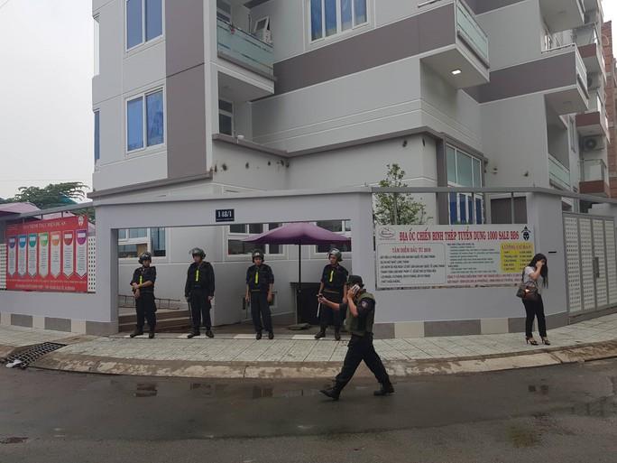 """Hàng trăm cảnh sát phong tỏa 2 công ty """"dính"""" đến Alibaba - Ảnh 1."""