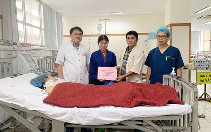 Trao hơn 105 triệu đồng hỗ trợ bệnh nhân Huỳnh Trang - Ảnh 1.