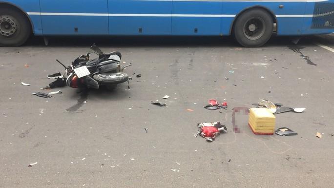Nghi đuổi cướp, cô gái trẻ tông trúng xe buýt gục trên đường - Ảnh 1.