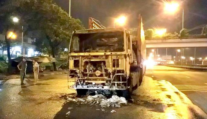 [Video] Kinh hoàng ôtô kéo lê xe máy gần 2 km ở TP HCM - Ảnh 2.