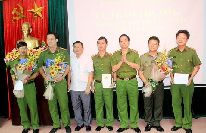 Bắt 3 người Trung Quốc trong vụ cài thiết bị điện tử vào máy ATM để trộm tiền - Ảnh 2.