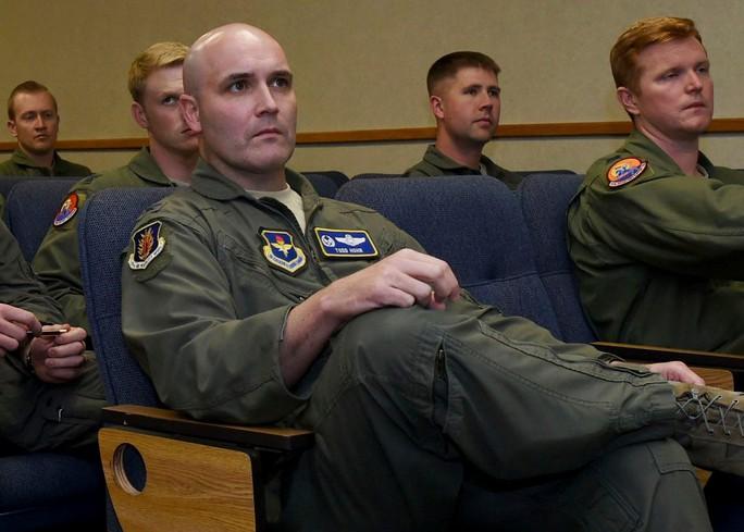 Trung Quốc bắt phi công Mỹ ngay tại sân bay - Ảnh 1.