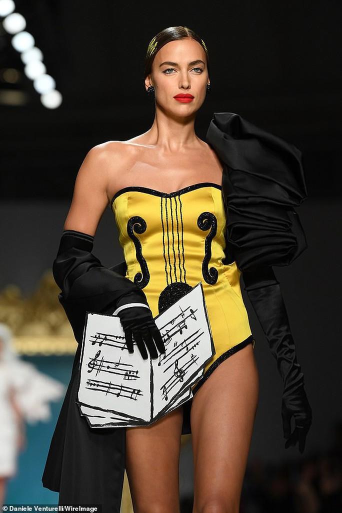 Siêu mẫu Irina Shayk cuốn hút trên sàn diễn thời trang - Ảnh 2.