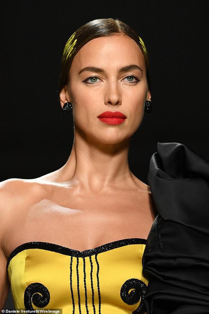 Siêu mẫu Irina Shayk cuốn hút trên sàn diễn thời trang - Ảnh 3.