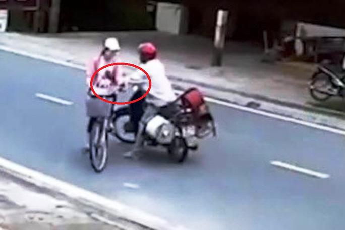 CLIP: Người đàn ông đường đột chặn xe, sàm sỡ nữ sinh giữa ban ngày - Ảnh 2.