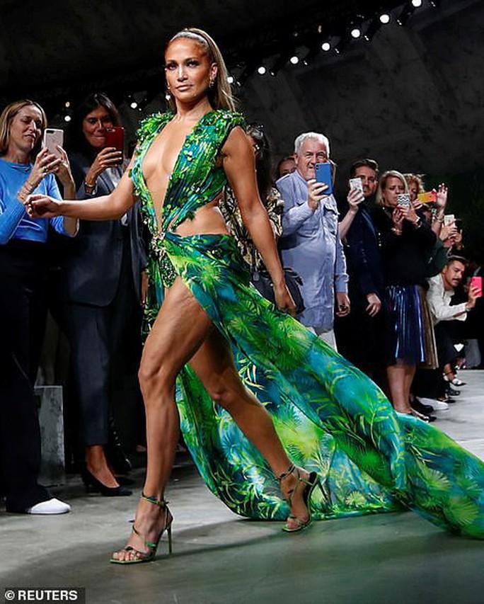 "Jennifer Lopez hở ""tứ bề"" trên sàn catwalk - Ảnh 3."