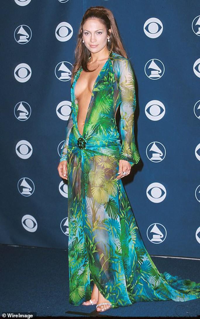 "Jennifer Lopez hở ""tứ bề"" trên sàn catwalk - Ảnh 2."