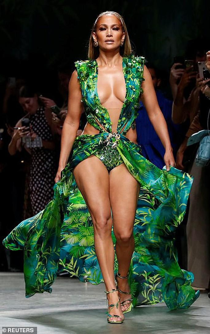 "Jennifer Lopez hở ""tứ bề"" trên sàn catwalk - Ảnh 1."