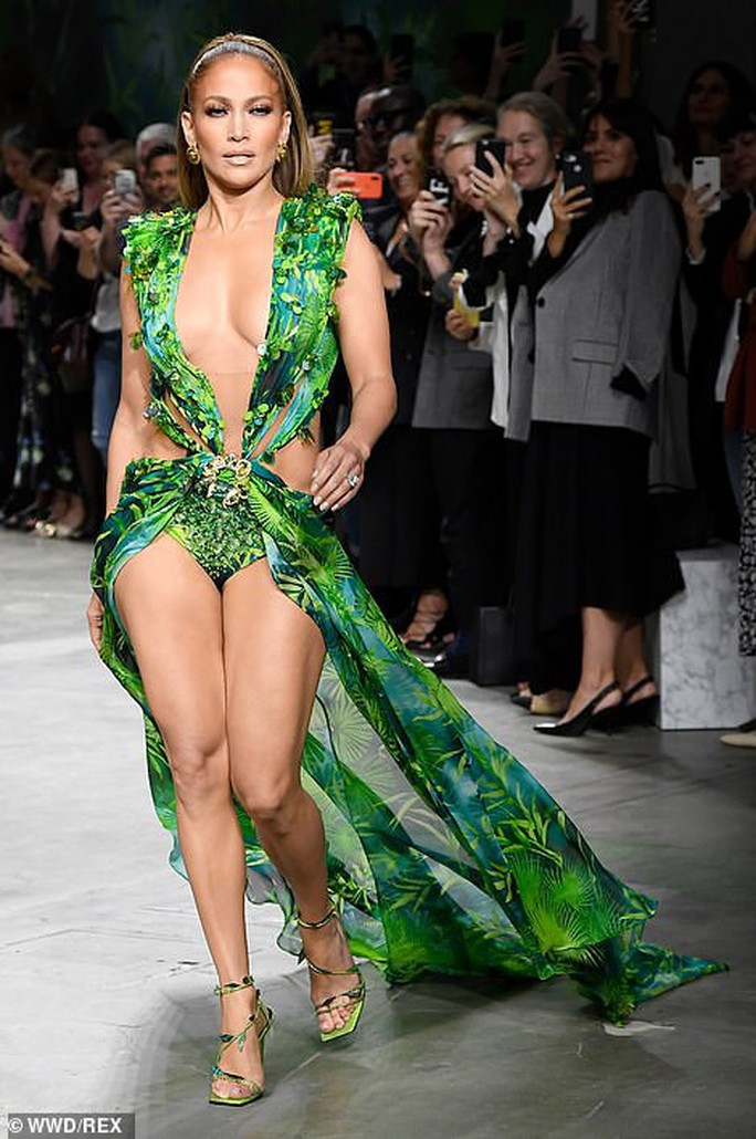 "Jennifer Lopez hở ""tứ bề"" trên sàn catwalk - Ảnh 4."