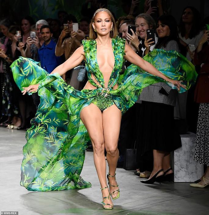 "Jennifer Lopez hở ""tứ bề"" trên sàn catwalk - Ảnh 6."