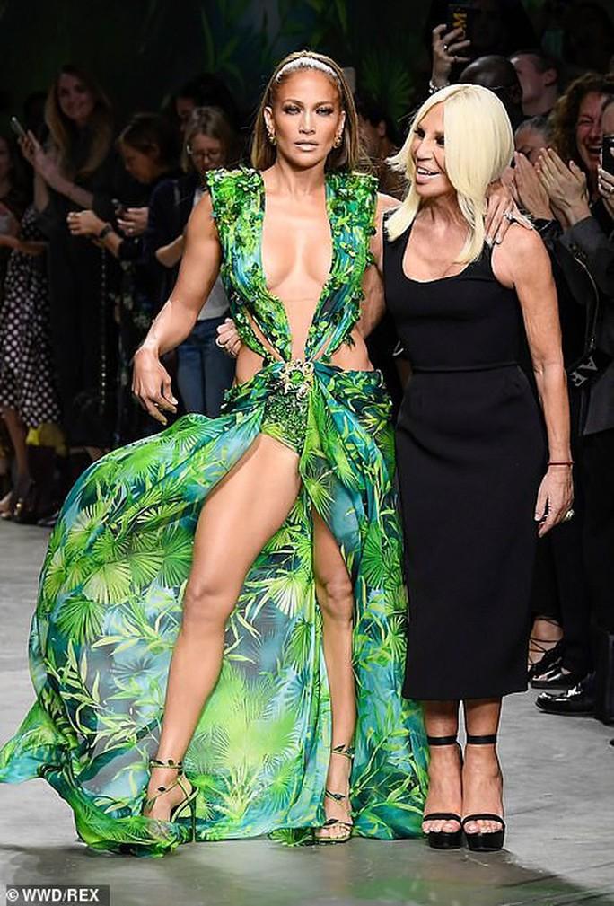 "Jennifer Lopez hở ""tứ bề"" trên sàn catwalk - Ảnh 8."