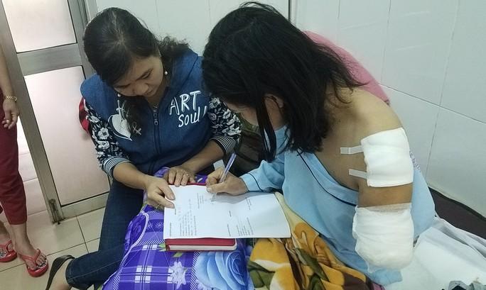 Trao tận tay hơn 80 triệu cho cô giáo đi xe 130km dạy học bị mất cánh tay - Ảnh 1.