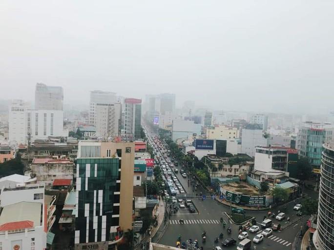 Sương mù quang hóa gây ô nhiễm không khí ở TP HCM - Ảnh 2.