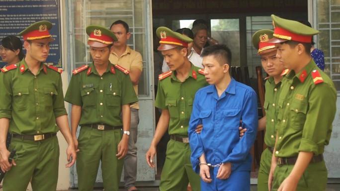 Bị cáo ảo giác do dùng ma túy giết người im lặng, buộc tòa tạm hoãn xử - Ảnh 2.