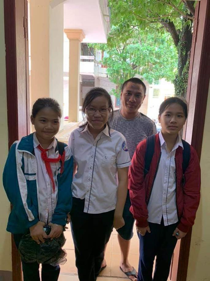 Ba học sinh trả lại chiếc ví nhặt được chứa số tiền lớn - Ảnh 1.