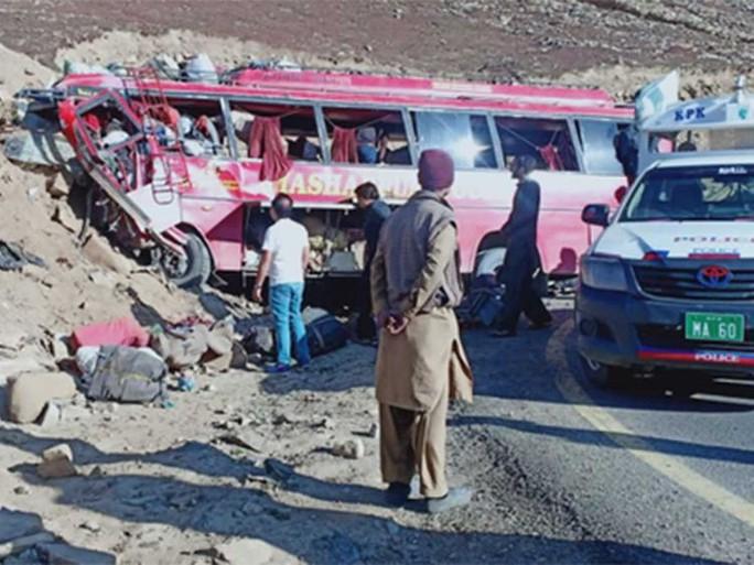 Xe buýt lao vào núi, hàng chục người thiệt mạng - Ảnh 1.