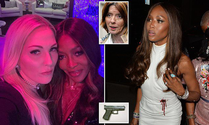 Báo đen Naomi Campbell bị chỉ trích vì áo khoe vết đạn - Ảnh 2.