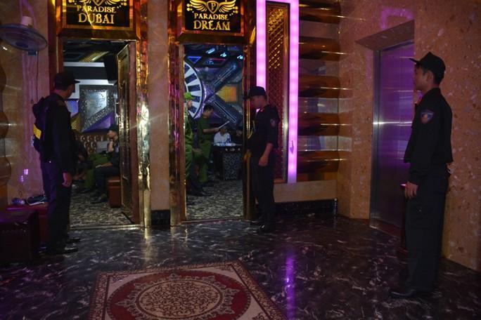 100 cảnh sát đột kích quán karaoke, phát hiện hàng chục đối tượng phê ma túy - Ảnh 2.