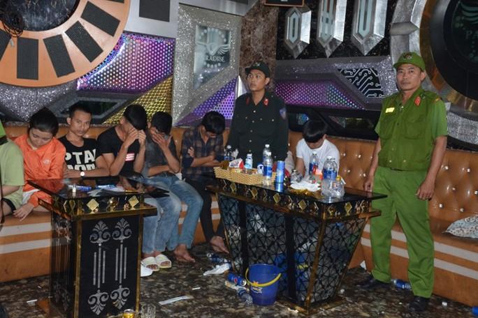 100 cảnh sát đột kích quán karaoke, phát hiện hàng chục đối tượng phê ma túy - Ảnh 1.