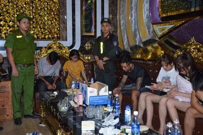 100 cảnh sát đột kích quán karaoke, phát hiện hàng chục đối tượng phê ma túy - Ảnh 3.