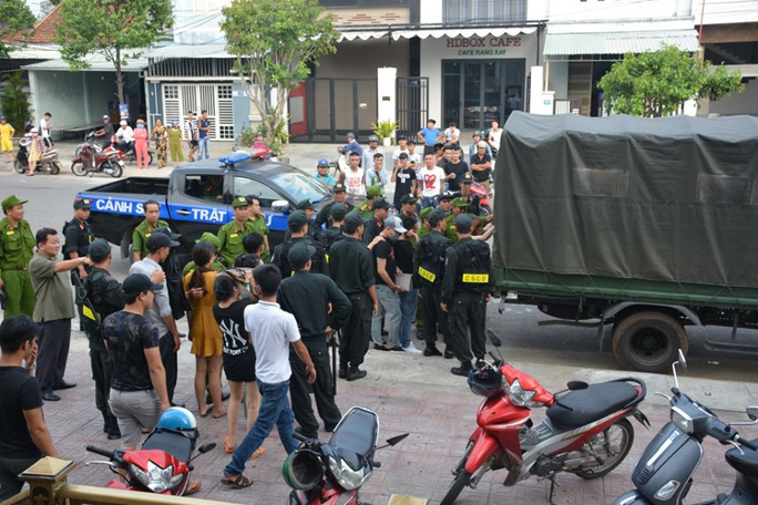 100 cảnh sát đột kích quán karaoke, phát hiện hàng chục đối tượng phê ma túy - Ảnh 4.
