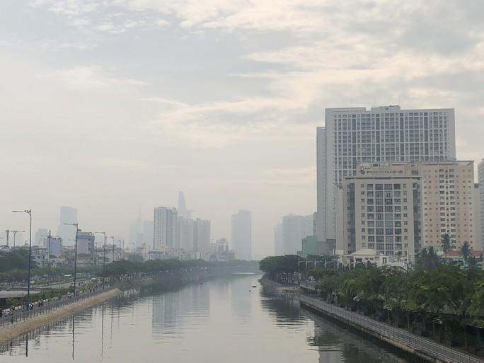 Sương mù quang hóa gây ô nhiễm không khí ở TP HCM - Ảnh 1.