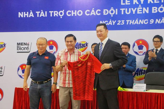 Bí mật số tiền của nhà tài trợ mới cho 3 đội tuyển bóng đá - Ảnh 3.