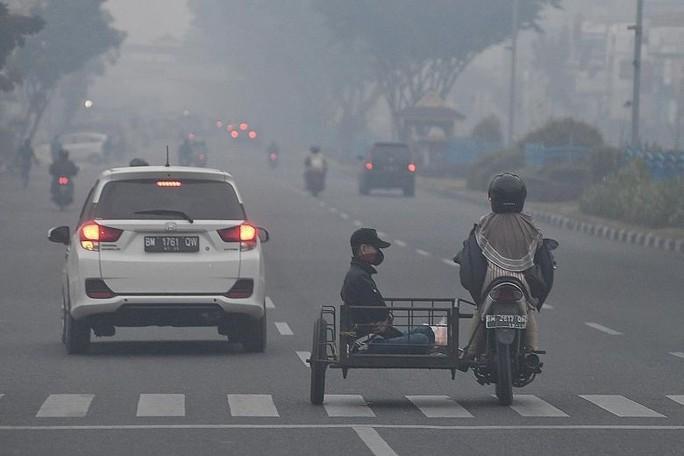 Indonesia mịt mù khói bụi, máy bay cất cánh dù tầm nhìn hạn chế - Ảnh 1.