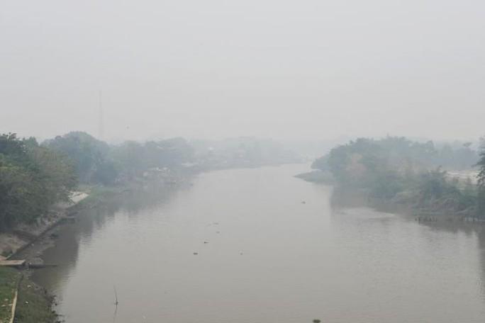 Indonesia mịt mù khói bụi, máy bay cất cánh dù tầm nhìn hạn chế - Ảnh 4.
