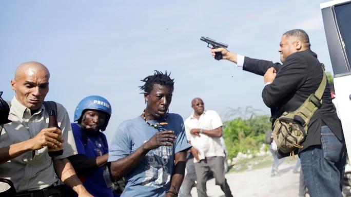 Thượng nghị sĩ nổ súng loạn xạ, trúng mặt phóng viên - Ảnh 1.