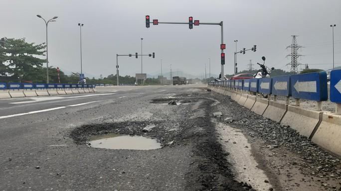 Vá ổ gà trên đường cao tốc Đà Nẵng – Quảng Ngãi - Ảnh 2.