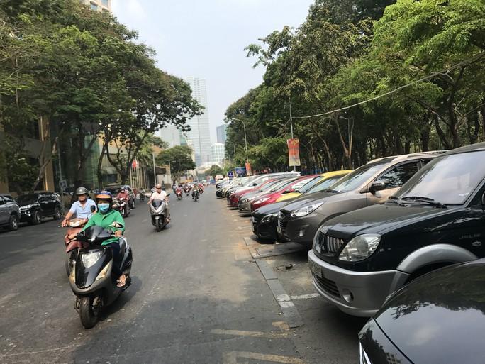 TP HCM: Đề xuất không đăng kiểm với ôtô nợ phí đỗ ở lòng đường - Ảnh 1.