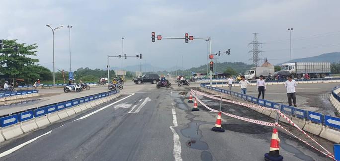 Vá ổ gà trên đường cao tốc Đà Nẵng – Quảng Ngãi - Ảnh 1.