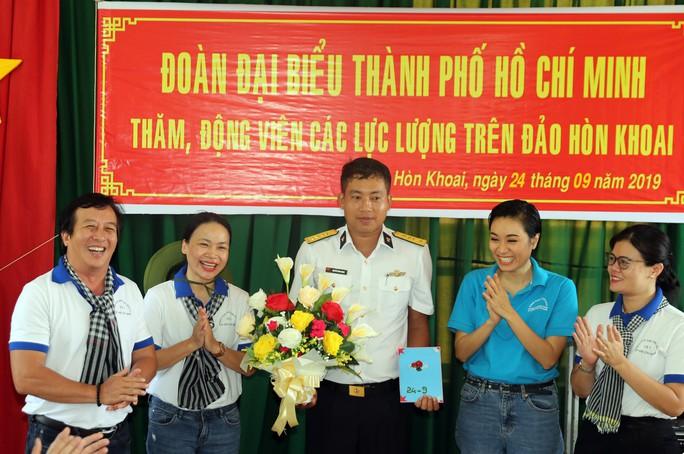 Đoàn đại biểu TP HCM thăm cán bộ, chiến sĩ trên đảo Hòn Khoai - Ảnh 3.