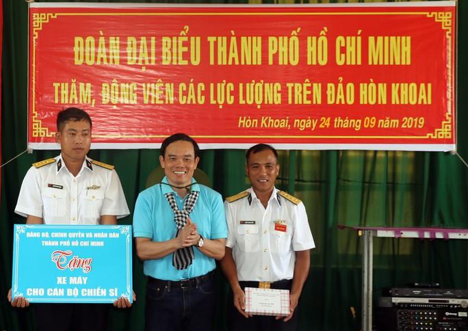Đoàn đại biểu TP HCM thăm cán bộ, chiến sĩ trên đảo Hòn Khoai - Ảnh 1.