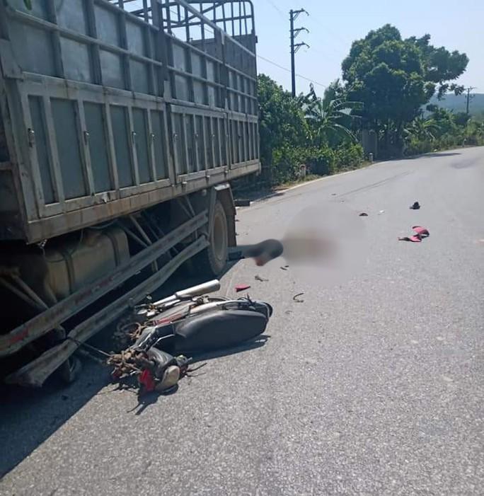 Tông vào hông xe tải, người đàn ông đi xe máy tử vong tại chỗ - Ảnh 1.