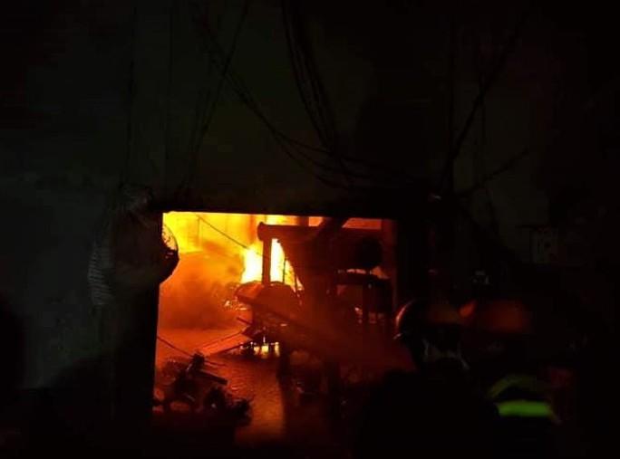 Hơn 5 giờ nỗ lực khống chế vụ cháy xưởng ép củi trấu chứa hơn 100 tấn - Ảnh 1.