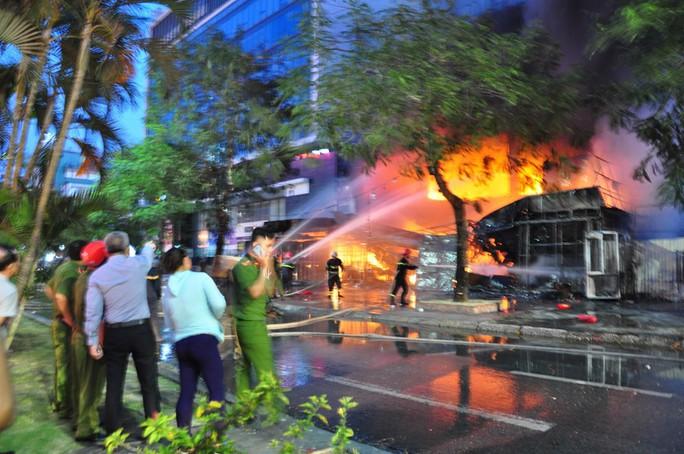 Khám nghiệm hiện trường vụ siêu thị điện máy bị cháy rụi, thiệt hại hơn 10 tỉ đồng - Ảnh 1.