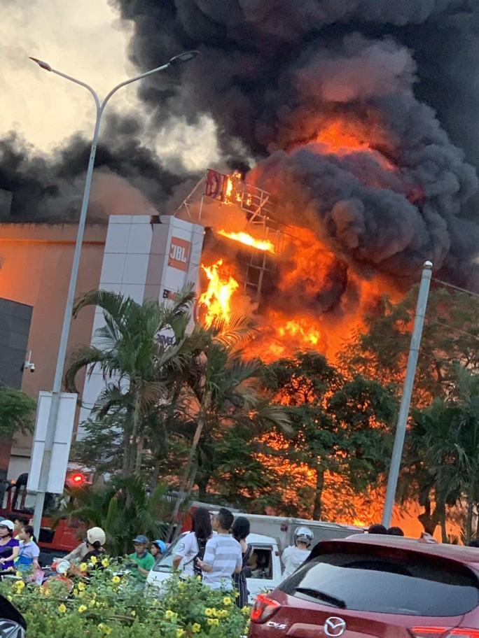 Khám nghiệm hiện trường vụ siêu thị điện máy bị cháy rụi, thiệt hại hơn 10 tỉ đồng - Ảnh 2.