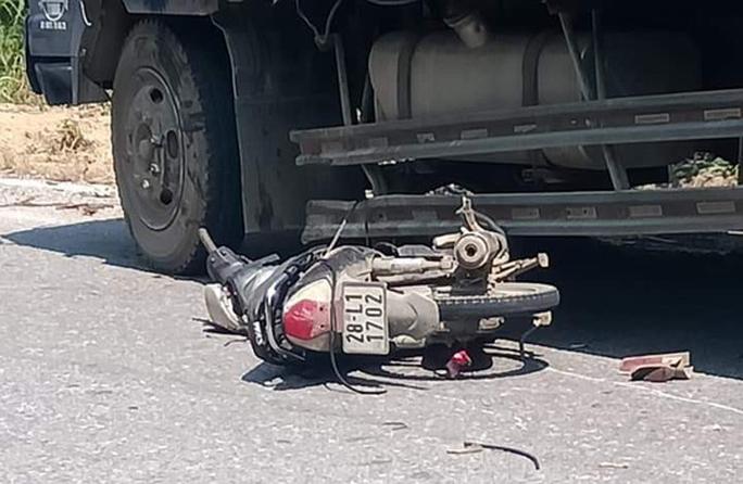 Tông vào hông xe tải, người đàn ông đi xe máy tử vong tại chỗ - Ảnh 2.