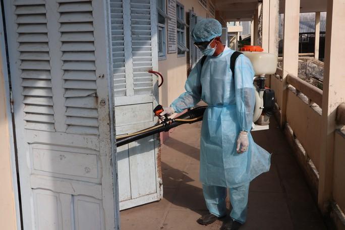 Hàng trăm học sinh được đưa đến cơ sở y tế do nghi bị ngộ độc  - Ảnh 1.