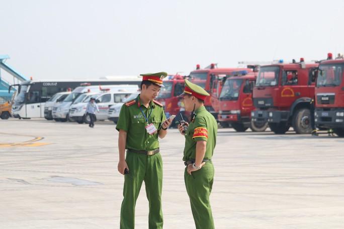 Cận cảnh tình huống máy bay hạ cánh khẩn cấp xuống Nội Bài khi gặp sự cố - Ảnh 4.