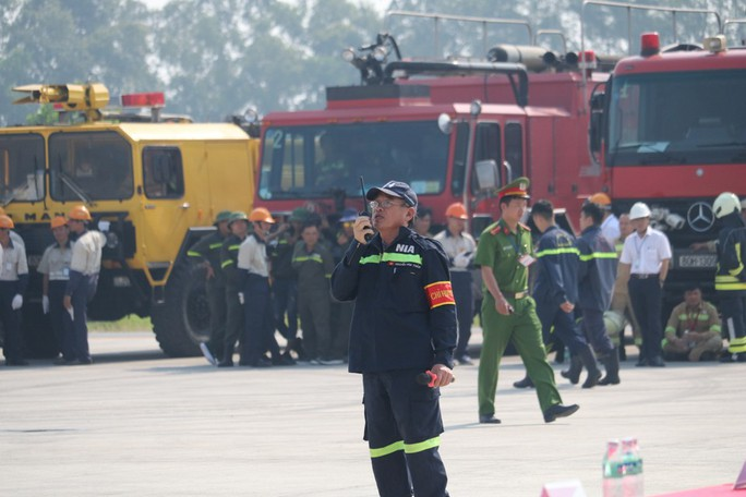 Cận cảnh tình huống máy bay hạ cánh khẩn cấp xuống Nội Bài khi gặp sự cố - Ảnh 5.